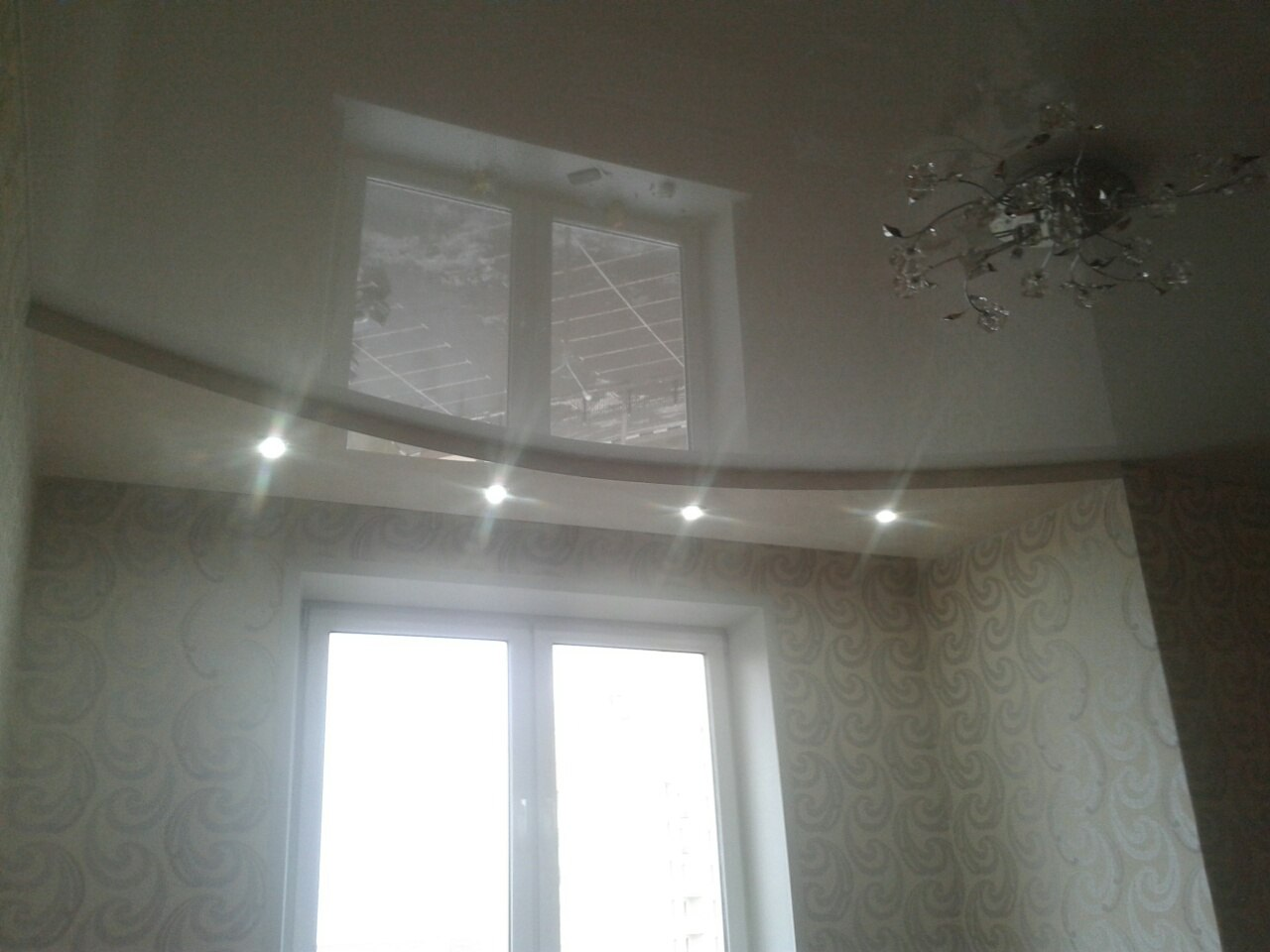 Двухуровневый глянцевый натяжной потолок с нишей под потолочный карниз