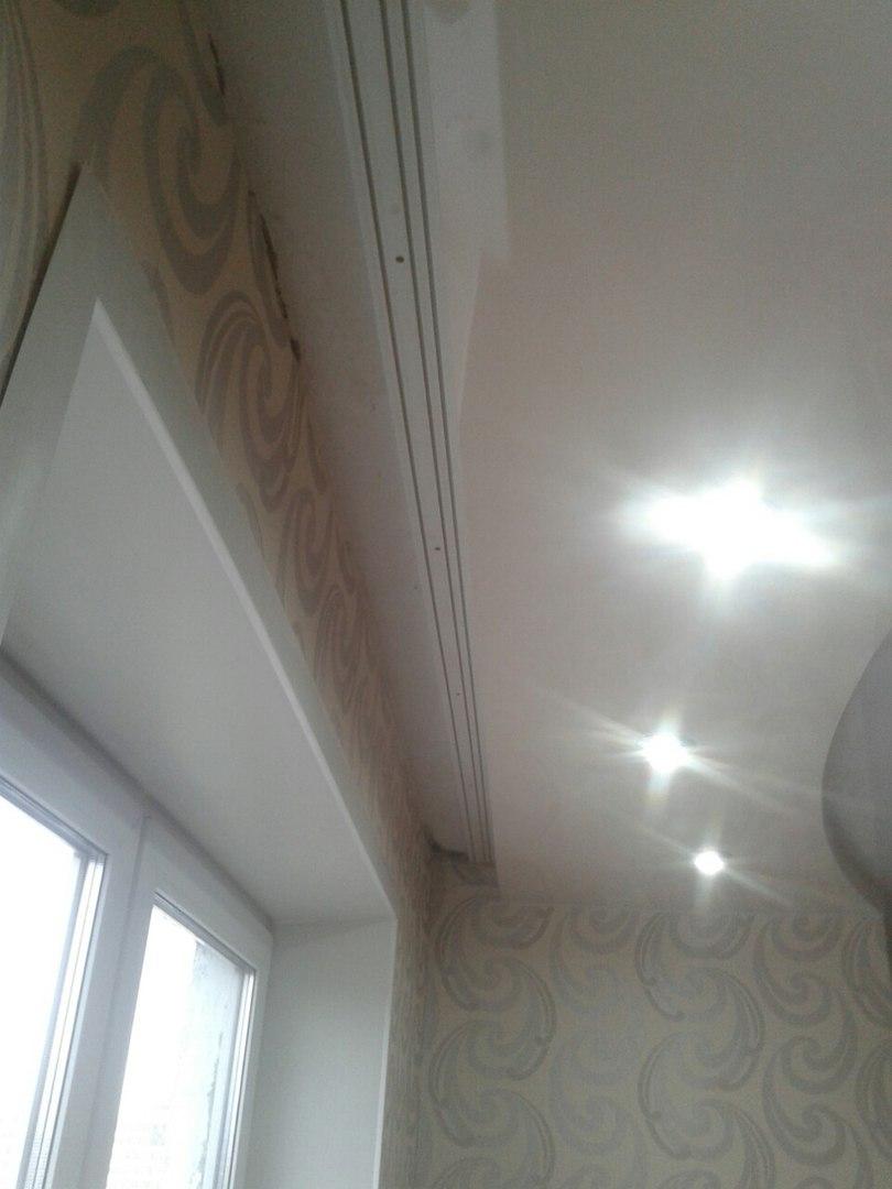 Двухуровневый глянцевый натяжной потолок с нишей под потолочный карниз2