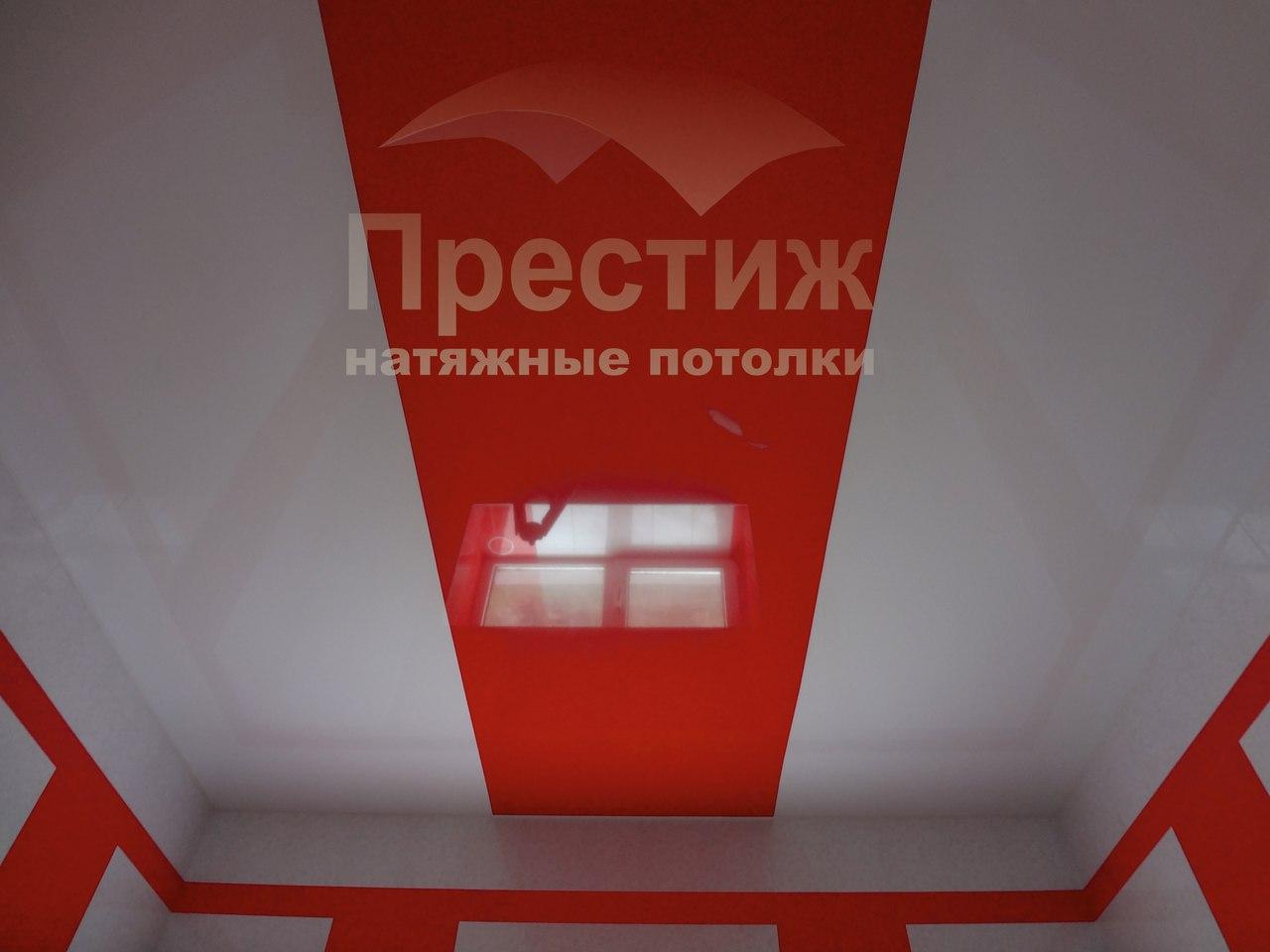 Комбинация цветов на глянцевом потолке в зале